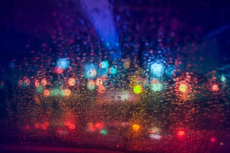 kropla deszczu: Krople deszczu na szybie samochodu w nocy