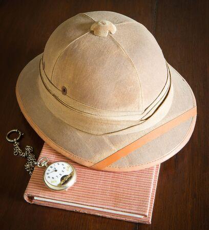 médula: casco de médula viejo y reloj de bolsillo en el libro Foto de archivo