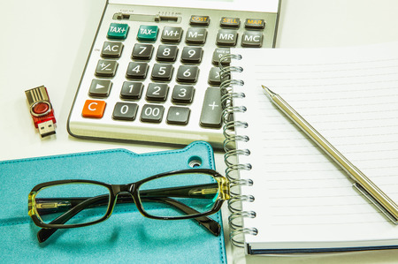 articulos de oficina: Negocio de fondo con elementos de tabletas y de oficina