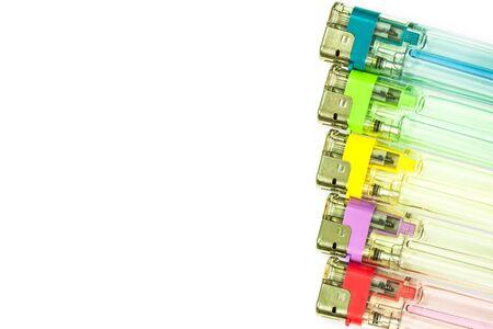 encendedores: encendedores de gas de colores aislados en blanco