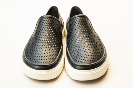 Herrenmode schwarze Gummischuhe, lässiges Design lokalisiert auf Weiß