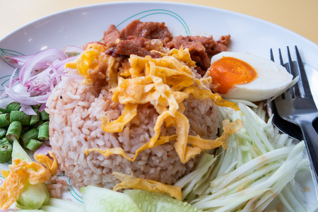 Khao Kluk Kapi, Thai fried rice with fermented shrimp paste Banco de Imagens - 110539554