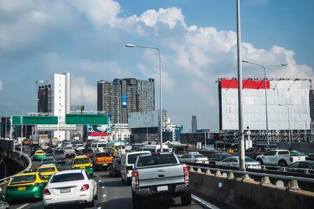 Le trafic sur l'autoroute à Bangkok en Thaïlande, fond de paysage urbain Banque d'images
