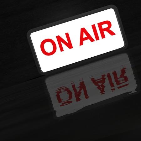 microfono radio: Estudio Sobre signo de aire iluminado con copia espacio que brilla intensamente