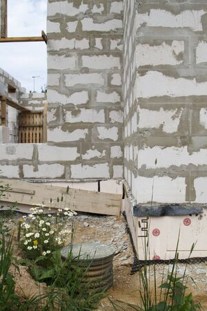Construction site on which the walls are built of gas concrete blocks with inspection well Stockfoto