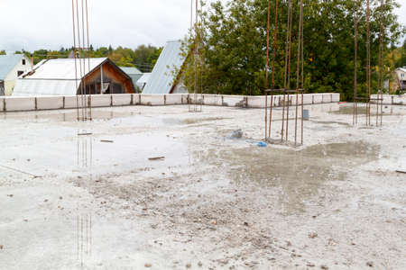 view of the hardened concrete slab base between floors. Construction of a country house made of foam blocks Banque d'images