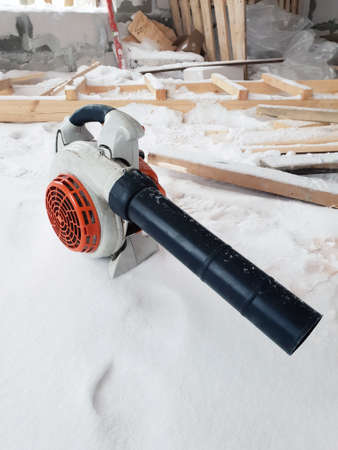 blower on floor with snow in country house under construction of foam blocks Standard-Bild