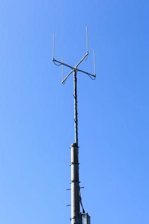 telecoms: Torre delle telecomunicazioni con il cielo blu Archivio Fotografico