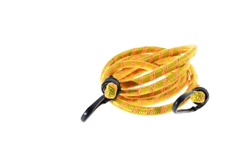 elasticidad: Algunos cuerda el�stica con ganchos de metales aislado en un fondo blanco