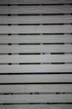 balcone in legno fuori terra in legno bianco di un dormitorio