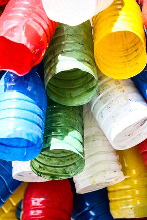 Primo piano di barattoli di vernice colorata