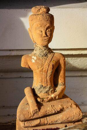 l'immagine di Buddha nel tempio di reliquie di Buddha fuma a perforare Thailandia medicina