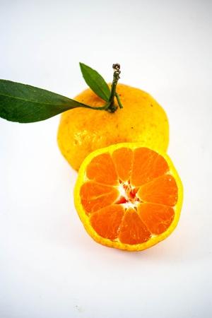 arancia matura con foglie su sfondo bianco Archivio Fotografico