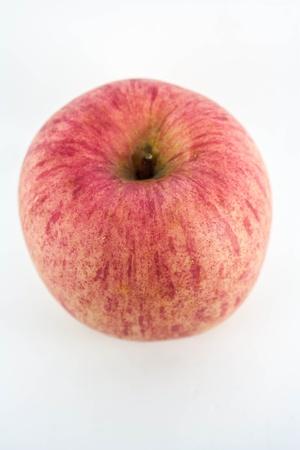Una lucida mela rossa isolato su un semplice sfondo bianco con percorso di clipping. Archivio Fotografico