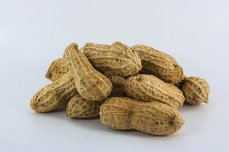 Mucchio di arachidi isolato su sfondo bianco Archivio Fotografico