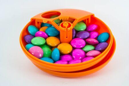 Un guscio di caramelle avvolge questi deliziosi bocconcini di cioccolato