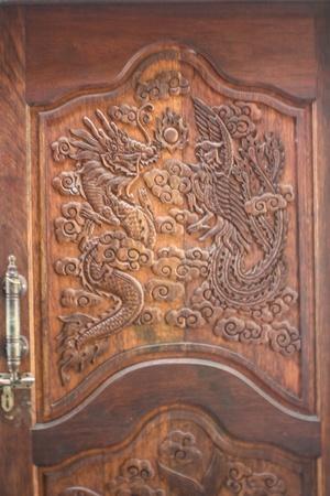 pannello di legno porta scolpisce manualmente drago immagine Archivio Fotografico
