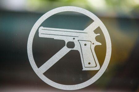 No pistole messaggio scritto su una lavagna