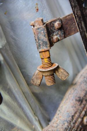 Catena Vecchio, bullone e dado coperto da ruggine su un blocco di cemento