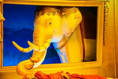 elefante su una porta di un tempio a Chiang Rai Archivio Fotografico