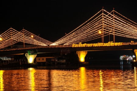 puente adorna con la luz photo