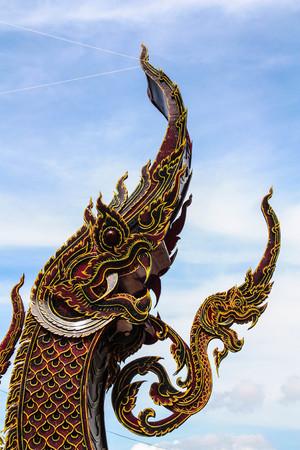 Statua di drago, Wat sedeva tha pon, provincia di Uttaradit, Thailandia Archivio Fotografico