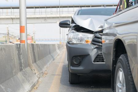 Coche accidente de un accidente de coche en la carretera en un coche de la ciudad recogida seguro de espera Fondo blanco