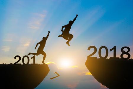 Mannen springen over silhouet Gelukkig Nieuwjaar 2018 Stockfoto