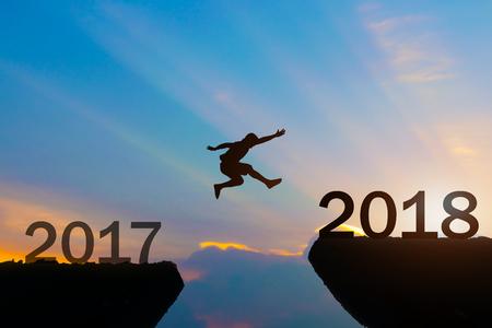 남자 실루엣 뛰어 넘는 새해 복 많이 받으세요 2018 스톡 콘텐츠 - 89221864