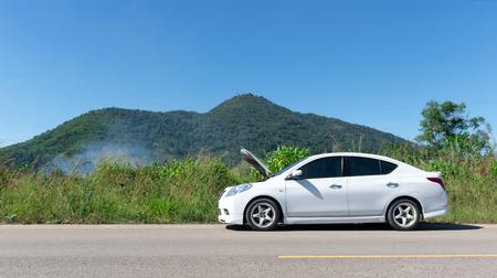 Carro quebrado estacionado na estrada e na rua. Foto de archivo