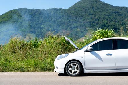 Carro quebrado estacionado na estrada e na rua. Foto de archivo - 92564786