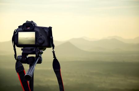Cámara en trípode Los fotógrafos toman vistas panorámicas. Foto de archivo