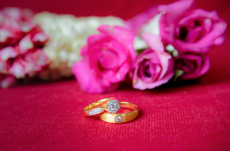 Gold wedding ring and red a roses 版權商用圖片