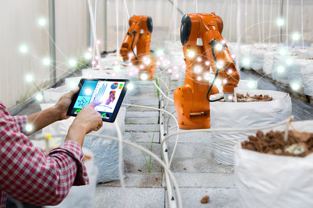 Smart robotic farmers harvest in agricultural technology futuristic robot automation to work technology increase efficiency Banco de Imagens