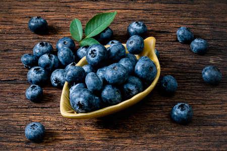 Blueberry fruit on the old wooden floor Foto de archivo - 152341405
