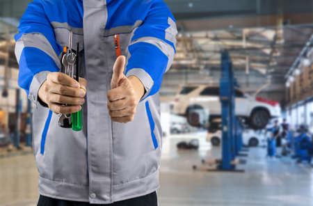 Auto mechanic in the auto service center car 스톡 콘텐츠