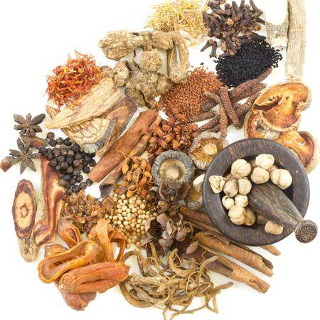 Chinese kruidenselectie gebruikt in traditionele alternatieve kruidengeneeskunde met vijzel en stamper op witte achtergrond. Natuurlijke kruidengeneeskunde en geneeskrachtige kruidenwortel. Alternatieve geneeswijzen kruiden