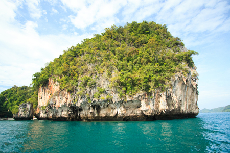 Some island near the Koh hong (Hong island) Krabi, Thailand. Surrounded by turquoise waters. Banco de Imagens - 90029589