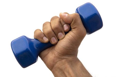 Sosteniendo una mancuerna azul sobre fondo blanco. Levantamiento de pesas, ejercicio.