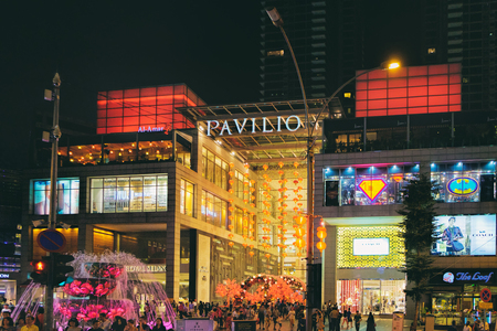 쿠알라 룸푸르, 말레이시아 -2006 년 2 월 8 일 : 곧 설날 축 하를 축 하하기 관 쇼핑몰에서 중국 새 해 장식의보기.
