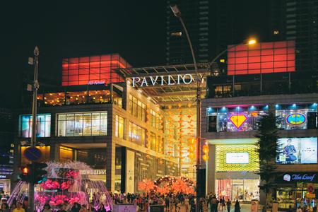 Kuala Lumpur, Malasia - 8 de febrero de 2016: Vista de la decoración china del Año Nuevo en la alameda de compras del pabellón para celebrar la celebración próxima del Año Nuevo chino. Editorial