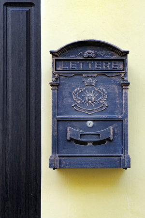 Etonnant Metal Mailbox In Antique Style Hanging Near The Front Door Of The House On  Yellow Wall