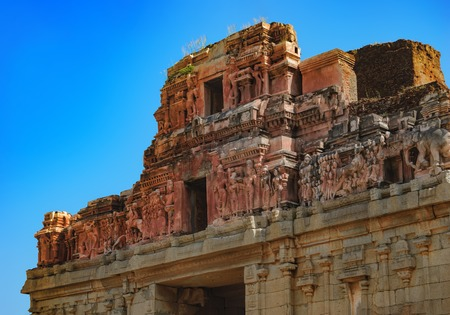 Crumbling stone statues and bas-reliefs at the top of the temple of Bala Krishna in Hampi, Karnataka, India. Famous Indian landmark Imagens - 83846731