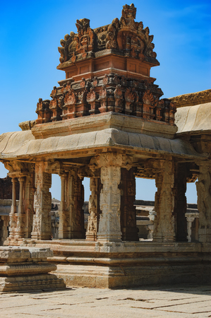 View of the temple of Bala Krishna in Hampi, Karnataka, India. The prominent historical Site is the Balakrishna temple built by the ruler Krishnadevaraya in 1513. Imagens - 84376696