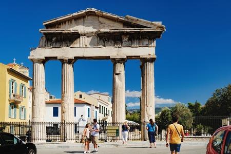 アテネ, ギリシャ - 2017 年 9 月 22 日: 観光客が歩くし、アテナ Archegetis ゲートの写真を撮る。それはアテネ、ギリシャ ローマ時代のアゴラの西側に位 報道画像
