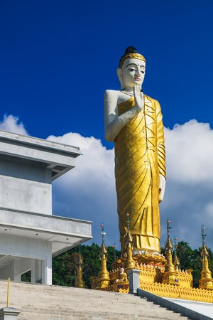 Big Buddha Statue in Thai style at Wat Waree Banprot on Phet Kasem Road in Bang Non, Ranong district, Thailand 免版税图像