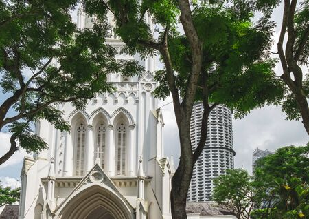 St Andrews Cathedral is seen among tropical trees, Singapore. St Andrews Cathedral is one of the famous tourist attraction in Singapore. 스톡 콘텐츠