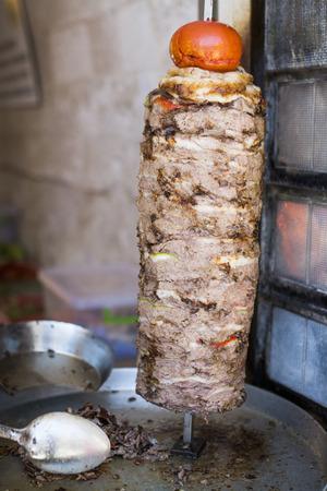 pollo rostizado: Carne a la parrilla en Doner asador vertical Foto de archivo