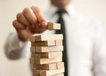 job skills: hombre de negocios construye una torre Foto de archivo