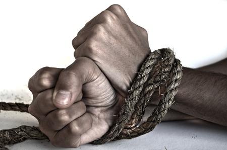 Hände der Frau mit einem Seil gefesselt